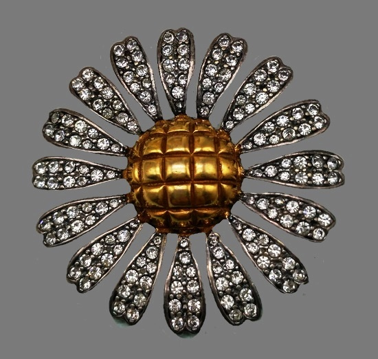 Daisy brooch. Clear crystals, matte gold plated, silver. 4.5 cm. 1970s