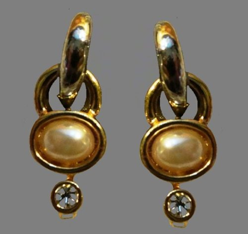 Door Knocker earrings of gold tone, faux pearl, rhinestones