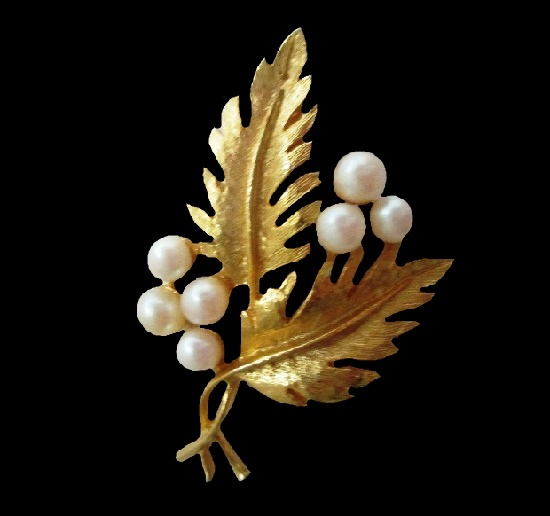 Double Leaf faux pearls brooch of gold tone