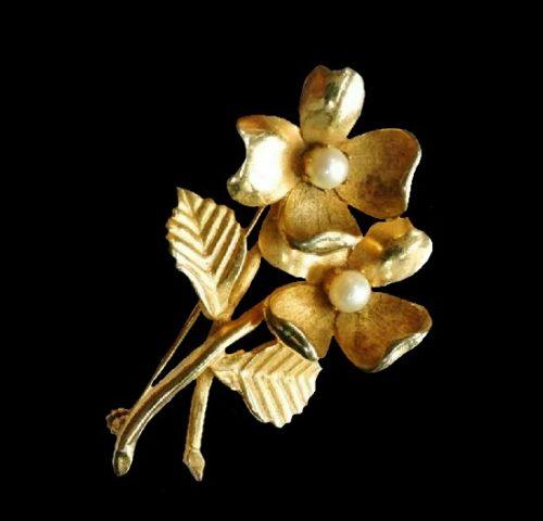 Double flower gold tone faux pearl brooch