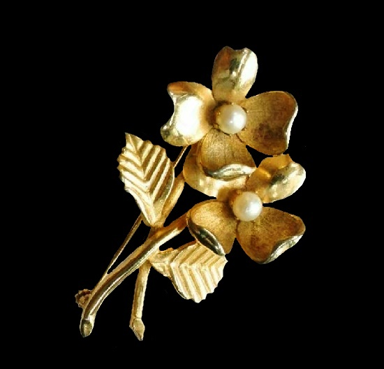 Double flower gold tone faux pearl brooch