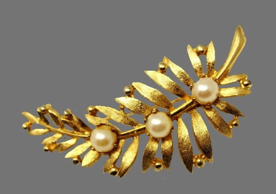 Feather leaf brooch pin. Brushed gold tone metal, faux pearls