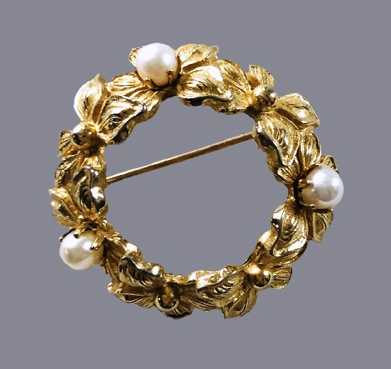 Floral wreath pin. Gold tone metal, faux pearls