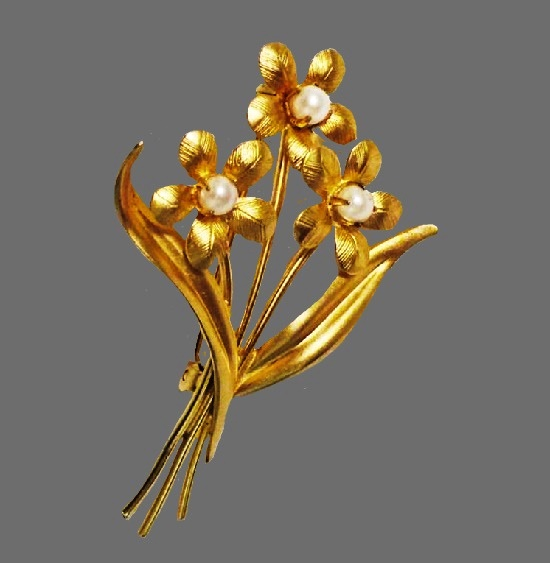 Flower Brooch. 12 K gold filled, faux pearls. 1960s