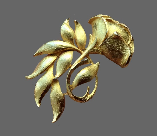 Flower brooch. Gold tone jewelry alloy. 1950s