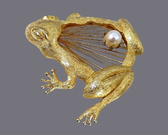 Frog brooch pin. Brushed gold tone metal, wire work, faux pearl