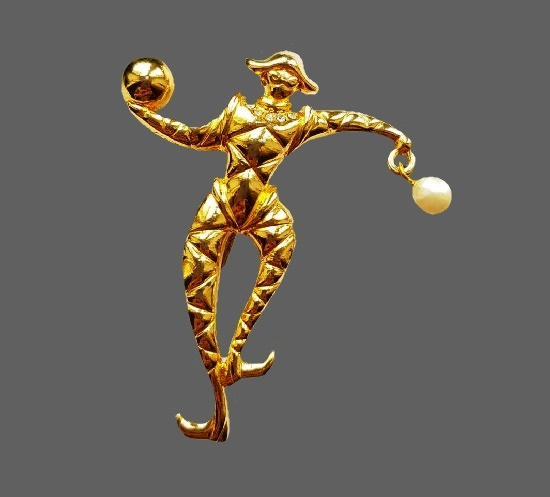 Harlequin brooch. Gold tone metal, faux pearl, 6 cm. 1980s