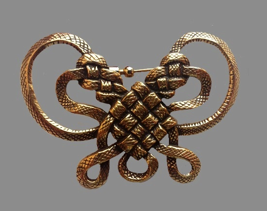 Heracles knot or love knot brooch. Textured gold tone metal. 5.5 cm. 1982