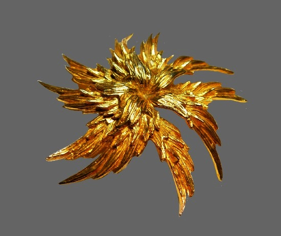 Layered flower brooch of gold tone