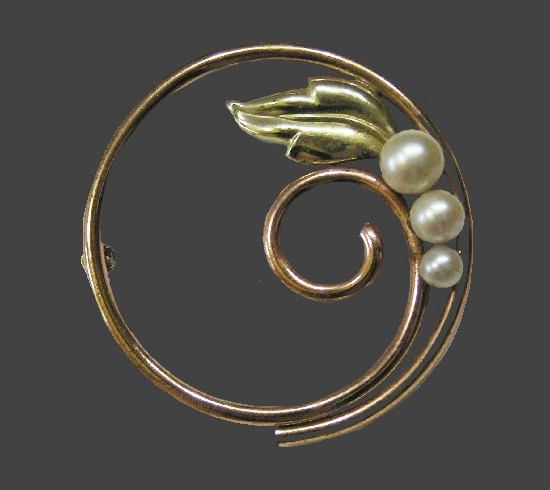 Leaf Circle brooch. Gold tone metal, faux pearls, 1940s