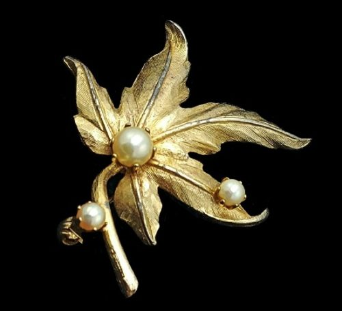 Leaf brooch. Gold Tone metal, faux pearls