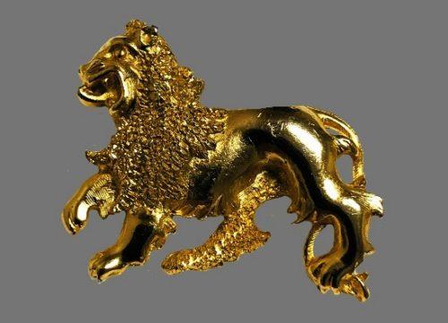 Leo zodiac sign brooch of gold tone