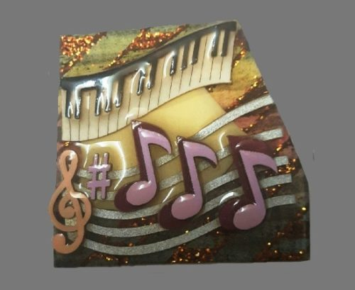 Music pin. Ceramics, jewelry alloy, lacquer coating. 4 cm. 1980s