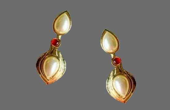 Pearl dangle earrings. Gold tone metal, red glass