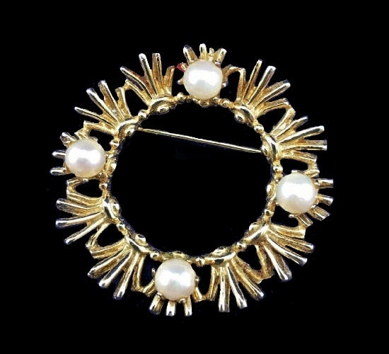 Pearl wreath brooch pin of gold tone