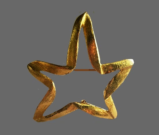 Star Pin. Gold tone metal