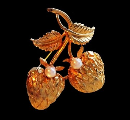 Strawberry brooch. Gold tone jewelry alloy, lucite. 4.3 cm, 1960s
