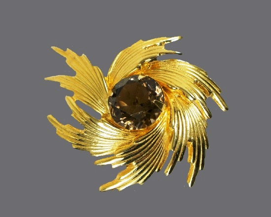Swirl brooch of gold tone