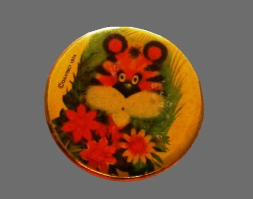 Tiger round shaped handpainted glazed brooch pin. 1974