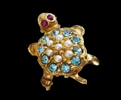 Turtle brooch of gold tone, faux pearl, rhinestones