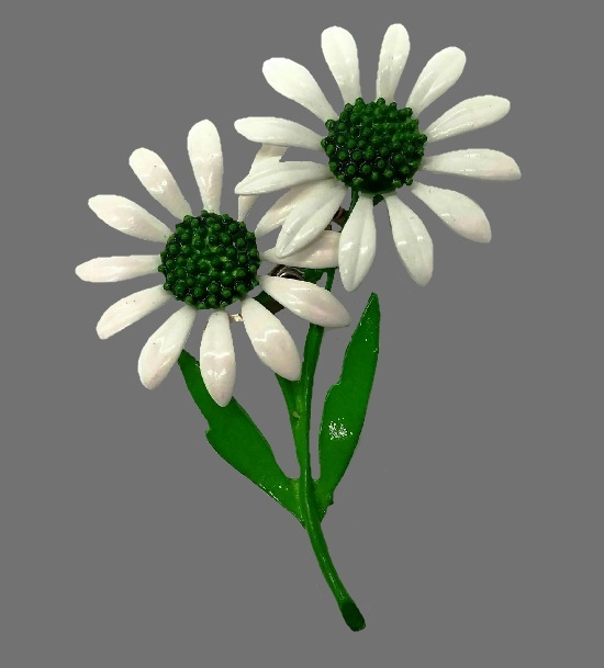 White daisy brooch. Jewelry alloy, green and white enamel