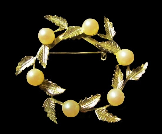 Wreath leaves and pearl brooch. Textured Silver Tone metal alloy