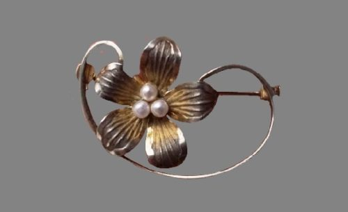 1950s Floral design brooch. Silver tone metal, faux pearls. 3 cm