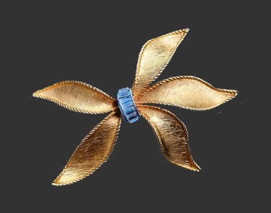 Bow brooch pin. Matte gold tone textured metal, enamel. 8 cm