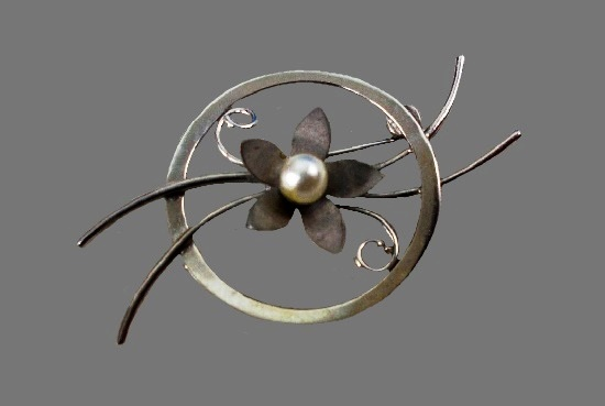 Circular flower design pin brooch. Sterling silver, faux pearl