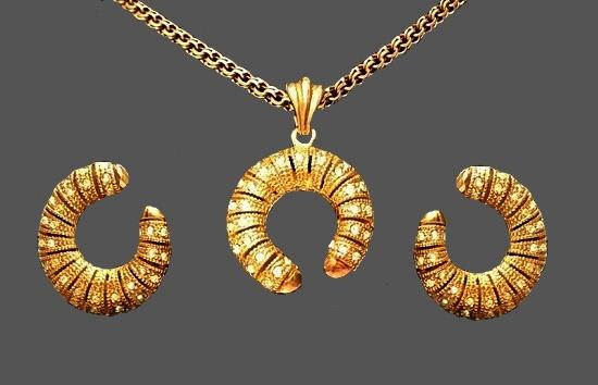 Swirl design gold tone rhinestones earrings and pendant. 3.5 cm. 1980s