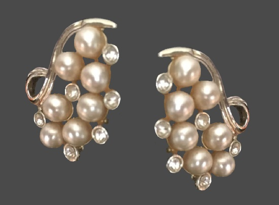 Faux pearl silver tone metal, rhinestones clips. 1950s. 2.5 cm