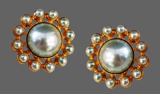 Floral design faux pearl gold tone clips. 4 cm. 1980s