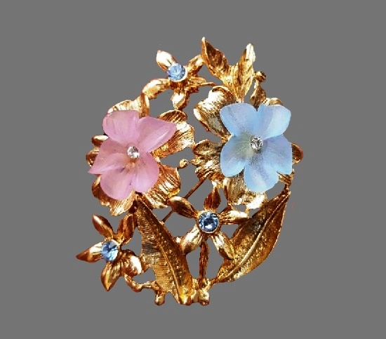 Flower bouquet brooch pin. Gold tone ally, lucite. 4 cm. 1990s
