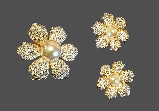 Flower brooch and clip on earrings. Gold tone metal, faux pearls