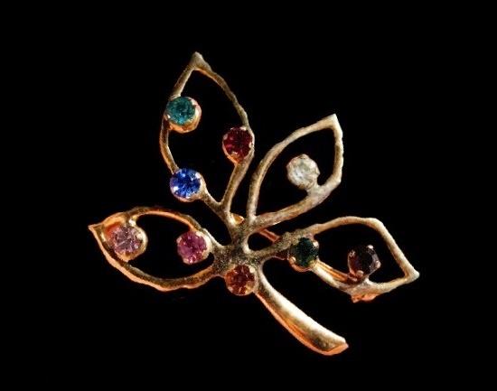 Four leaf brooch pin. Gold tone metal, rhinestones. 4 cm. 1950s