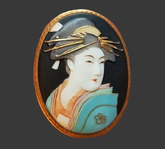 Geisha vintage brooch. Gold tone metal, porcelain, handpainted. 1940s