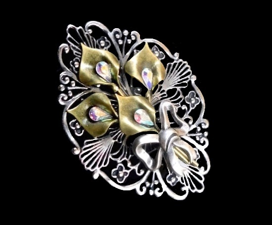 Gorgeous filigree silver tone flower brooch. Metal alloy of silver and gold tone, rhinestones, glass, crystals. 5.6 cm. 1970s. Marked Jane