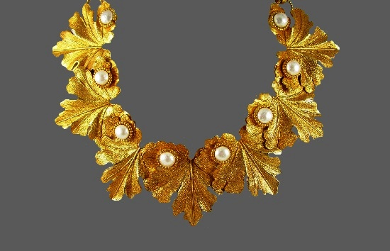 Gorgeous leaf design necklace of gold tone metal alloy, faux pearls
