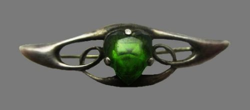 Green cabochon heart brooch. Sterling Silver. 1911