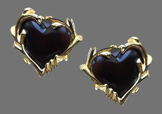 Large heart-shaped clips with cognac-colored lucite inserts. Gold color bijouteric alloy. 5 cm. 1990s