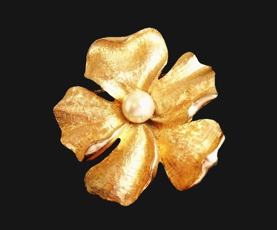 Pansy flower gold tone faux pearl brooch