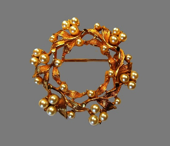 Pearl and leaf wreath brooch pin. 1950s