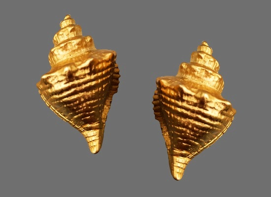 Shell-shaped clips. Gold tone bijouterie alloy, gilding. 4.5 cm. 1990s