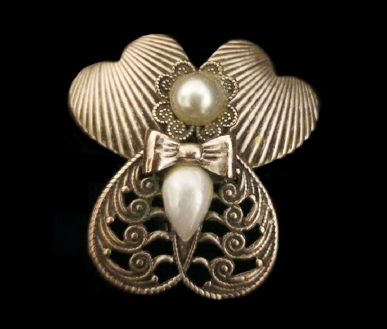 Silver Tone Angel brooch pin. Faux Pearls