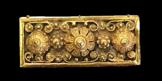 Bar brooch of gold tone, filigree floral design. 1940s Etrusceana signed