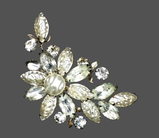 Clear rhinestone and pearl floral design brooch