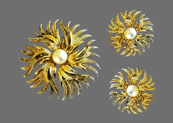 Gold tone faux pearl flower brooch and earrings