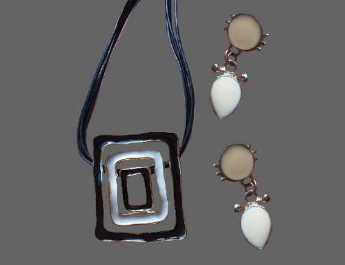 Modernist design black and white squares pendant and clips. Gold tone metal, enamel. 1970s