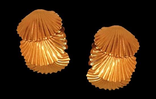 Sea shell clip on earrings. Gold tone, 1970s