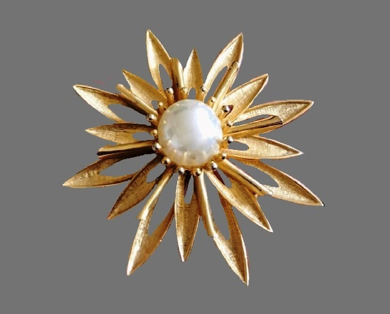 Starburst brooch. Gold plated metal alloy, faux pearl. 8 cm. 1960s